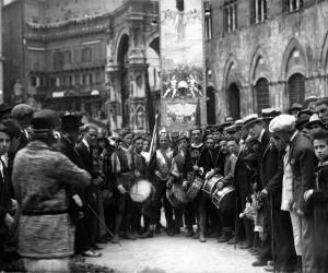 1924-17 AGO I CONTRADAIOLI CON IL PALIO IN PIAZZA DEL CAMPO