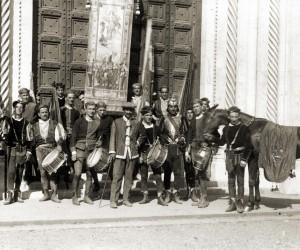 1926-17 AGOSTO I CHIOCCIOLINI IN PIAZZA DUOMO