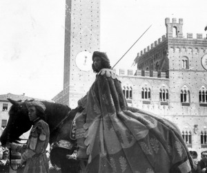 1957-2 LUGLIO GIORGIO TERNI DETTO VITTORINO SFILA SUL SOPRALLASSO PRIMA DELLA CORSA VITTORIOSA