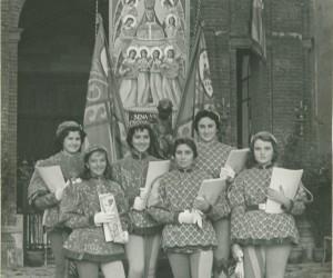 1957-8 SETTEMBRE IL GRUPPO DELLE GRAZIOSE RAGAZZE DELLA CONTRADA IN POSA PRIMA DI INIZIARE LA VEN