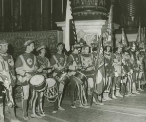 1959-31 MAGGIO LA COMPARSA SCHIERATA  DURANTE LA VISITA IN S.PIETRO AL PAPA